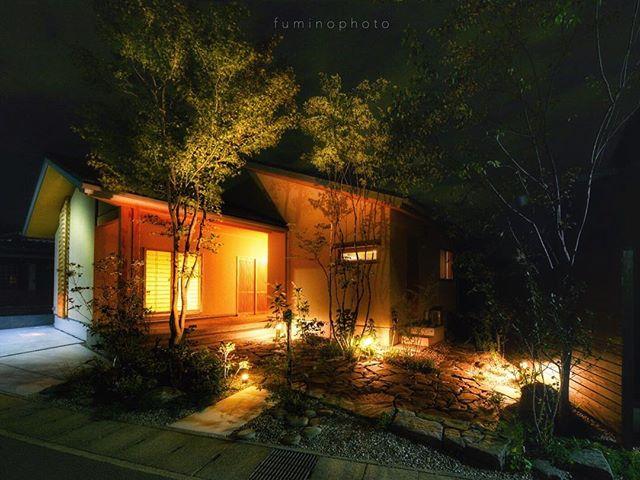 夜のお庭もステキな表情を見せてくれます。#マイホーム#家#外観#工務店#注文住宅#新築一戸建て #雑木の庭#garden#窓#かっこいい庭#モダン#外構#house#mygoodroom#庭づくり#暮らしを楽しむ#一軒家#マイホーム記録#ts_niwa#ラグジュアリー#フォトコミュ #庭#設計士 #garden#gardening#写真撮ってる人と繋がりたい#写真好きな人と繋がりたい#ライティング #建築#ig_garden